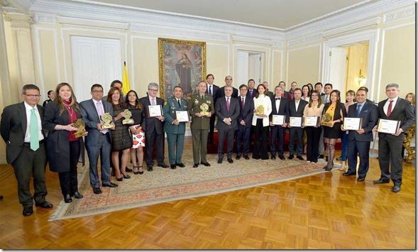 El Presidente Iván Duque con ganadores del Premio Nacional de Alta Gerencia que en 2018 galardonó experiencias de gestión pública que aportan al cumplimiento de alguno de los Objetivos de Desarrollo Sostenible (ODS).