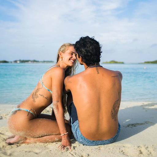 Yasmin Brunet sensualiza com tatuagem no bumbum