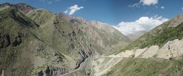3800 bis 4300 m hohe Berge säumen die Passstraße