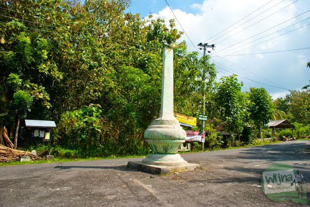 Tugu gentong adalah tugu berbentuk bulat yang berada di tengah jalan di Desa Bangunjiwo, Kasihan dan menjadi penanda arah menuju Dusun Petung