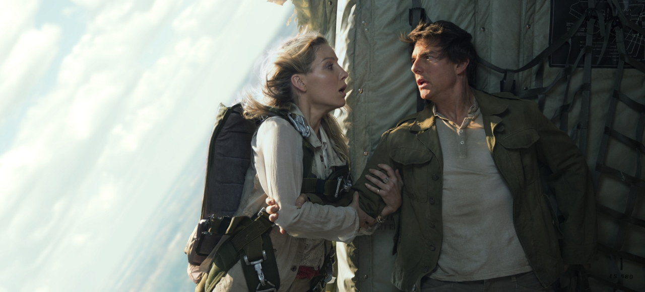 Annabelle Wallis and Tom Cruise in THE MUMMY. (Photo by Chiabella James / courtesy of Universal Pictures).