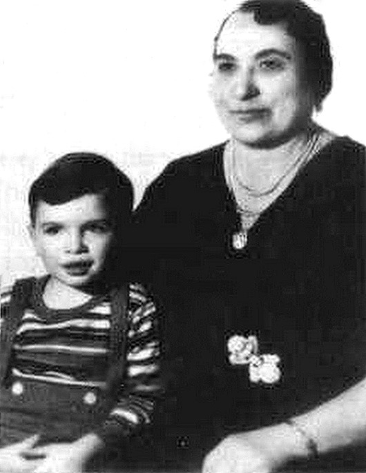 www.vsyoo.com_1473068494_alphonse-gabriel-al-capone-with-his-mother-teresa1