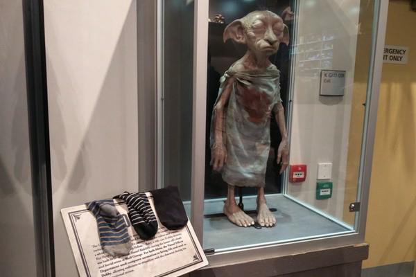 """Fãs deHarry Potterestão """"doando"""" meias para libertar Dobby em exposição"""