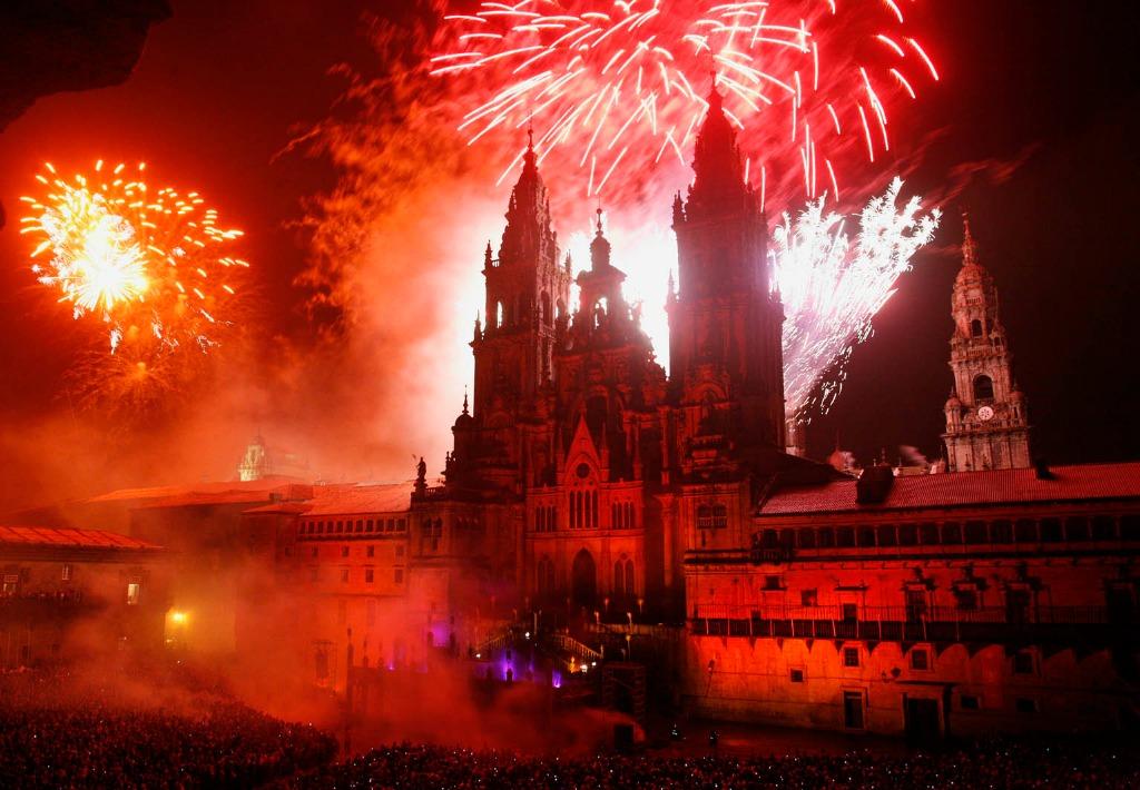 Fuegos artificiales en la Catedral de Santiago de Compostela - Camino de Santiago