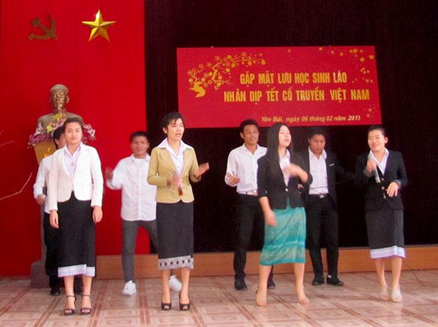 Gặp mặt lưu học sinh Lào nhân dịp tết cổ truyền Việt Nam tại Trường Cao đẳng Sư phạm Yên Bái