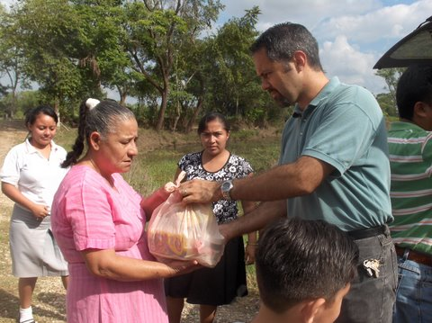 "Handing out ""hope"" for needy residents of Tabasco"