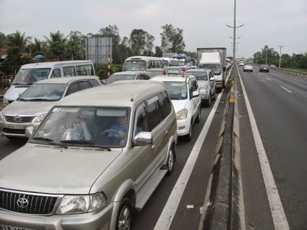 Tình trang ùn ứ giao thông diễn ra ở trạm thu phí đường cao tốc TP.HCM - Trung Lương