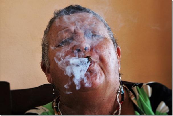 Mujer fuma x San Lazaro (2)