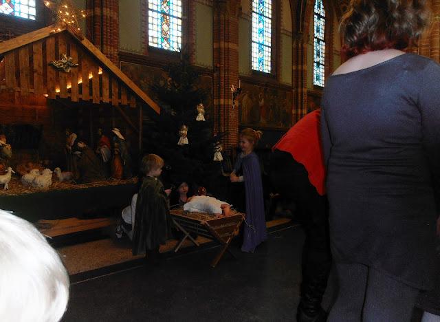Kindje wiegen St. Agathakerk 2013 - PC251142.JPG