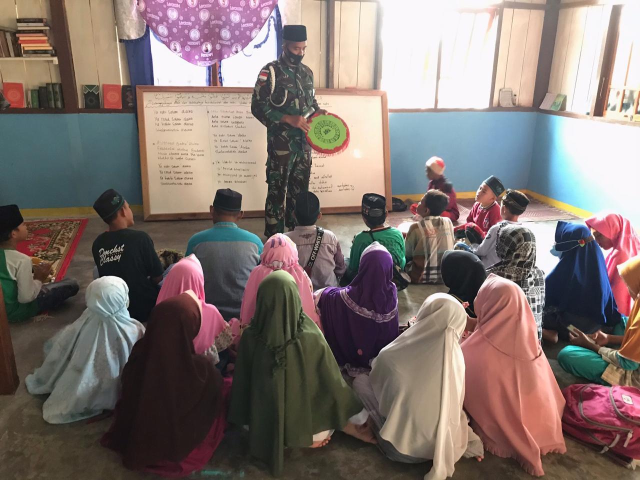 Satgas Pamtas Yonif 312/KH Ajarkan Rebana Kepada Anak-anak di Perbatasan