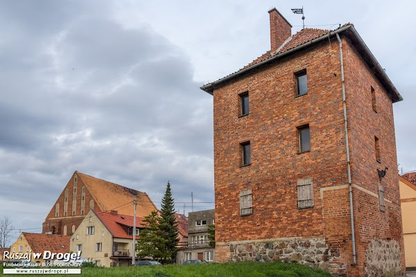 Baszta we Fromborku z zabytkowym kościele w tle