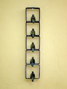 Janela vertical com 5 figuras sentadas - 40x8 cm - ferro e bronze