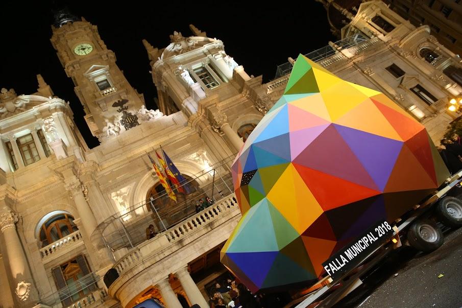 La primera de las piezas de la Falla de Latorre i Sanz y Okuda San Miguel llega a la Plaza.