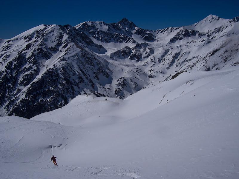 Esquiant amb un gran paisatge de muntanyes davant