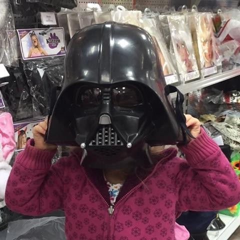 Die Kaisermotte trägt eine Darth-Vader-Maske