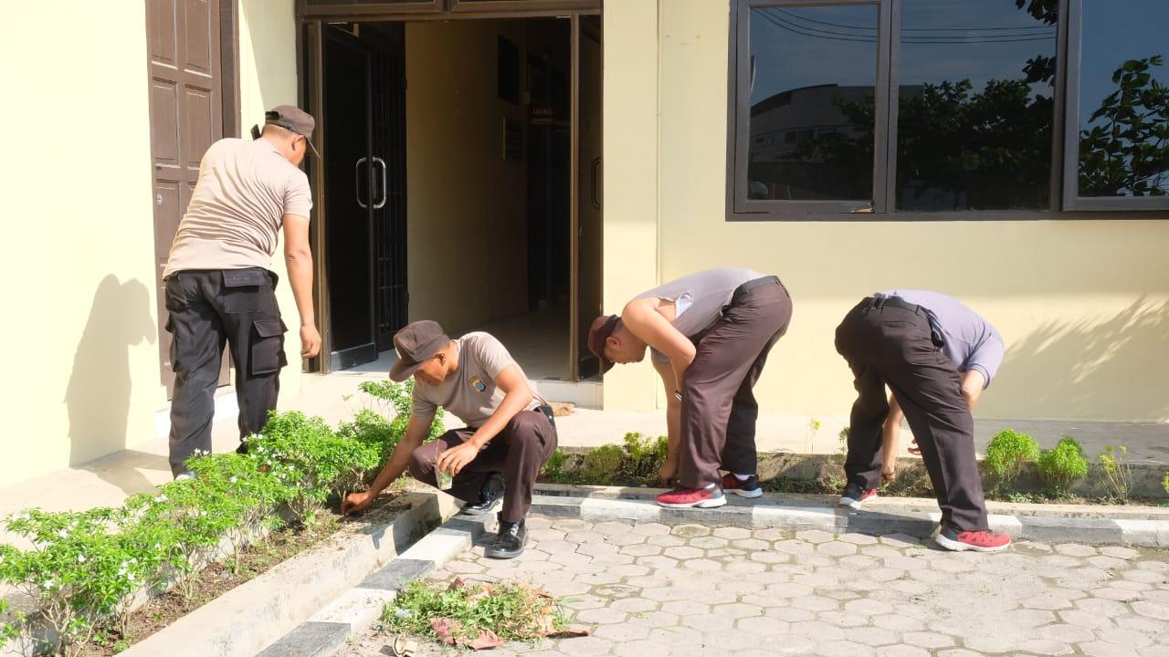 Gotong Royong Di Mapolres Tanjung Balai Untuk Antisipasi Virus Corona