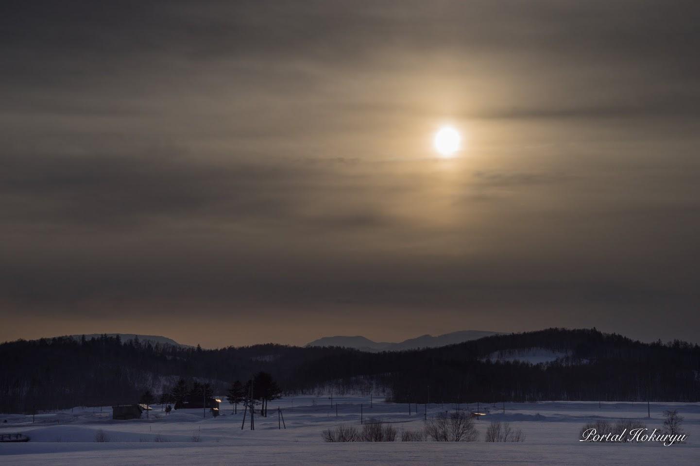雲に滲む太陽