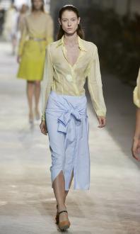 Camisa amarrada como saia no desfile de verão da Dries Van Noten