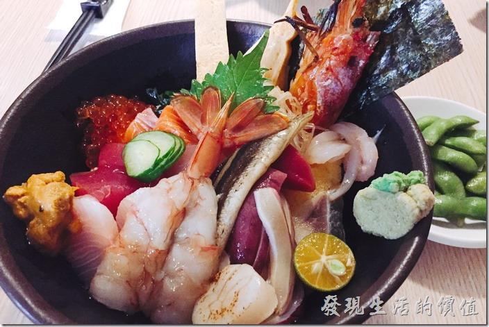 台南-鰻丼作好吃的鰻魚飯。這就是【綜合海鮮丼飯】,一客NT380,比「鰻魚飯」還便宜,這【綜合海鮮丼飯】一端上桌就讓人驚豔,這性價比真的非常高,滿滿的一大碗公上面蓋滿了各式各樣的海鮮料理,根本就完全看不到底下的醋飯在哪裡,這海鮮丼裡頭除了原來就該有的鮭魚、旗魚、鮪魚生魚片外,還有干貝、海膽、北極貝、透抽、魷魚、鰻魚、蝦子、明太子,還有玉子燒及海菜,真讓人不知該先從哪裡開始下手吃起。