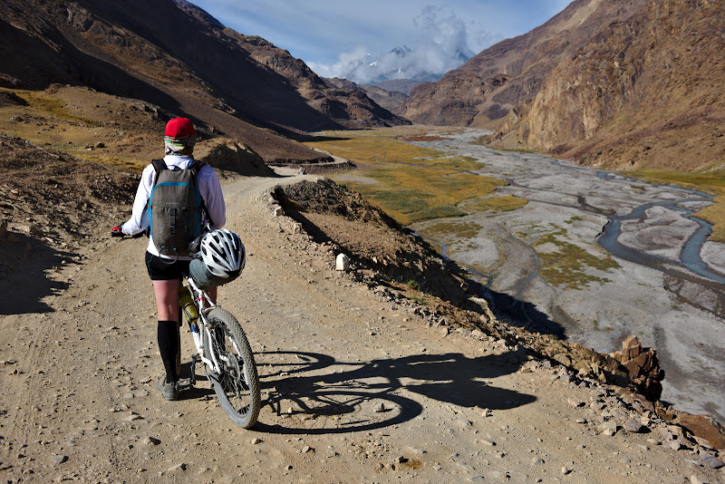 Urcand spre Kuzum-La, primul pas de peste 4500 de metri din drumul spre Leh.