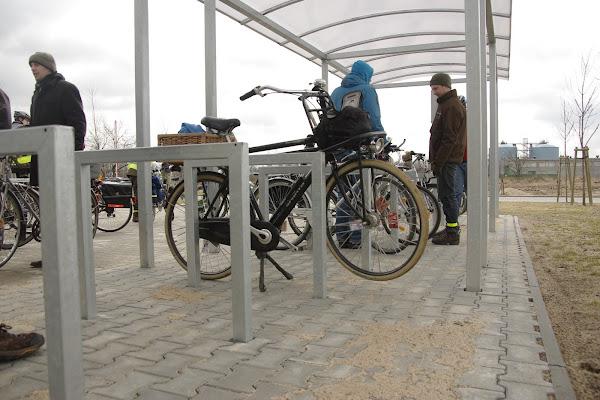 Wysokość stojaków dostosowana do przeciętnej wysokości rowerów.