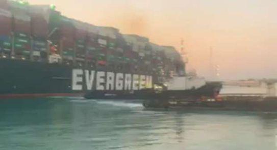 سبب نجاح تعويم السفينة الجانحة بقناة السويس