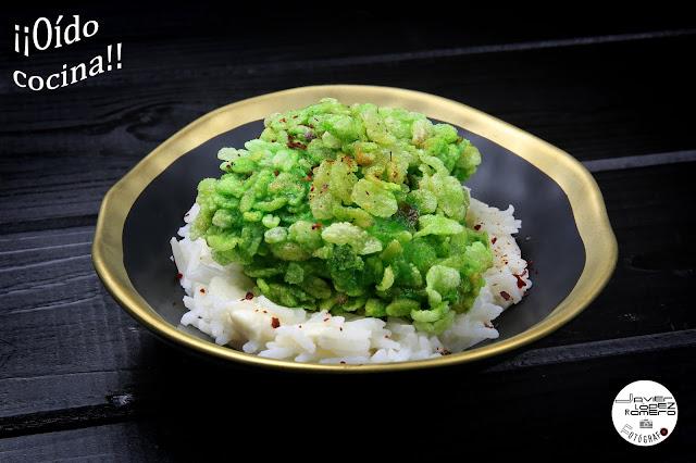 Bacalao rebozado con escamas de arroz verde sobre arroz basmati con crema de Camembert (Versión tapa)