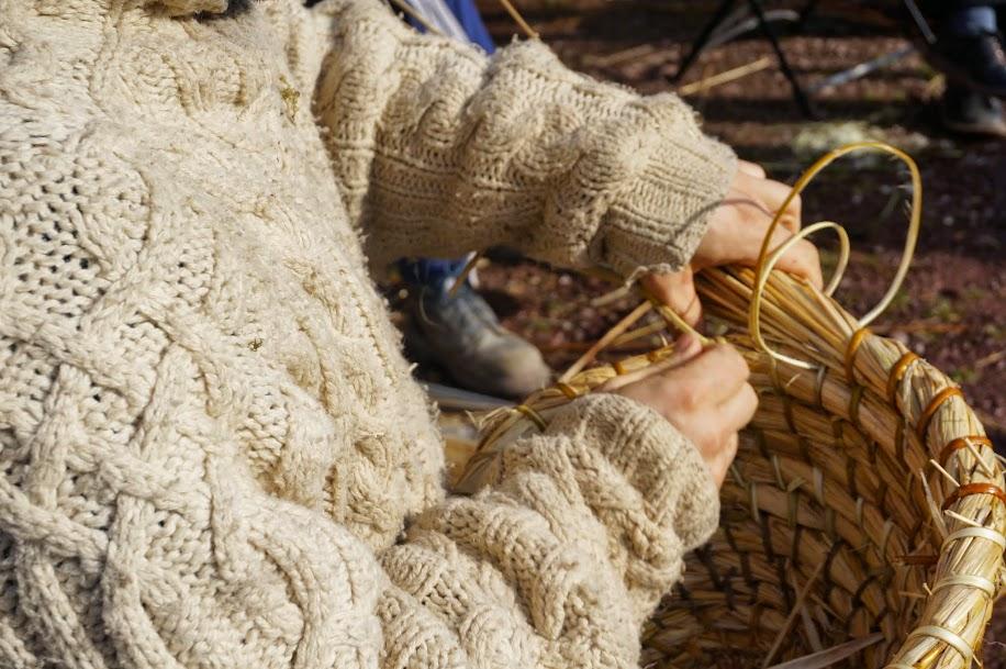 Gurun réalisant une ruche en paille