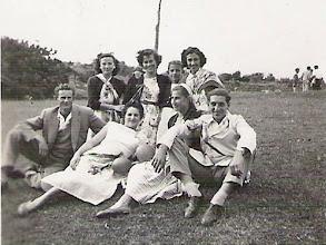 Photo: Arriba, Oliva, Hermana del Nini, Rosa Mari Alonso y Liuca. Abajo, Pedro Sañudo, Rosina, Carmen Sañudo y Mon (Hortigal).