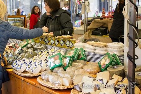 peynir tezgahları, Plaça del Pi'de yöresel ürünler pazarı Barselona