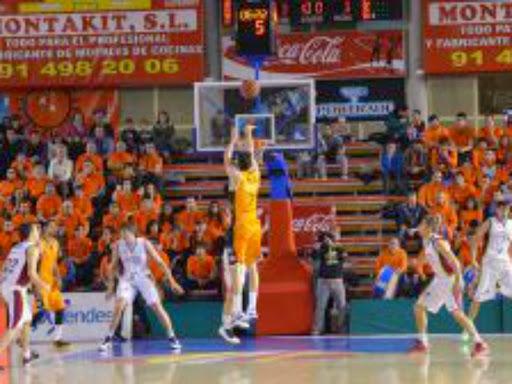 """Basket y solidaridad """"Al Baskonia a tapones""""Los abonados del Montakit Fuenla tienen una entrada para el partido del sábado por cada 20 tapones de plástico."""