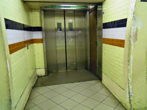 How to take the London Tube -Tube elevator