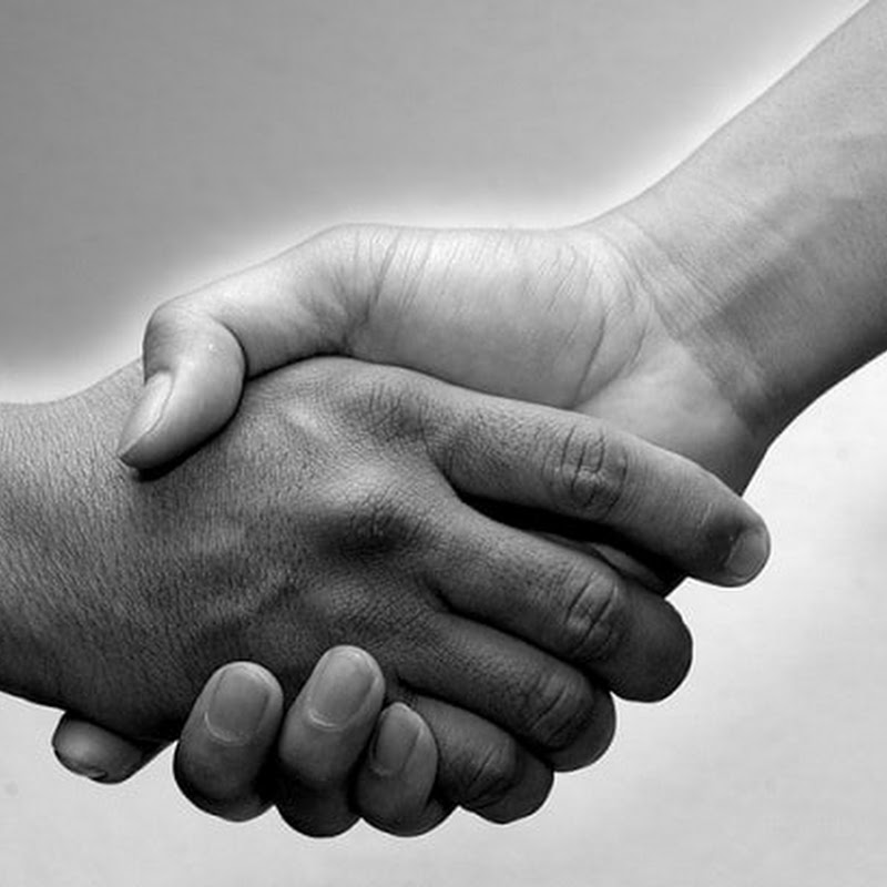 Qual é a origem do aperto de mãos?