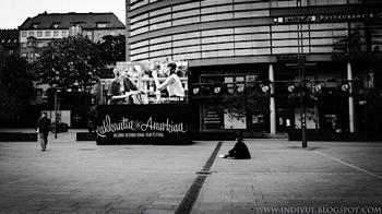 Rakkautta ja anarkiaa -festivaalimainos Helsingin Kampissa
