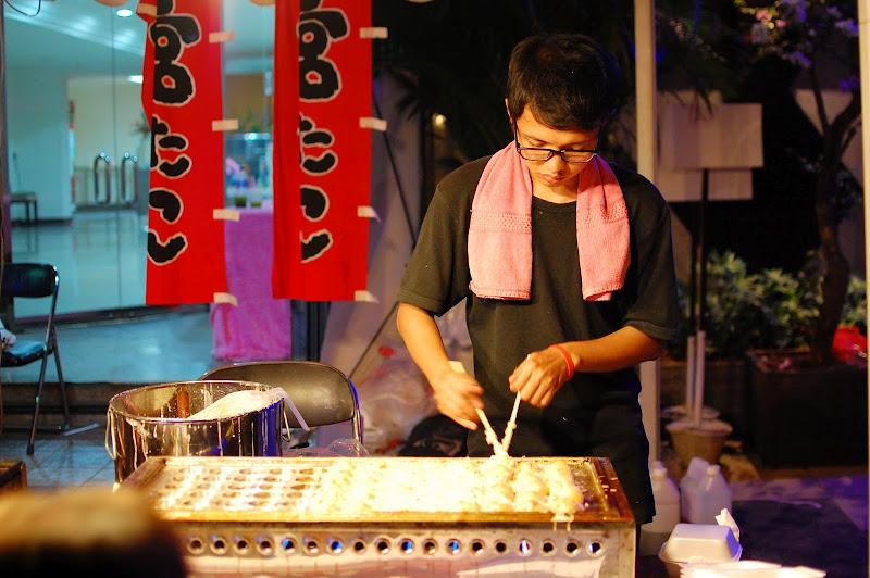 Jualan takoyaki di Ennichisai