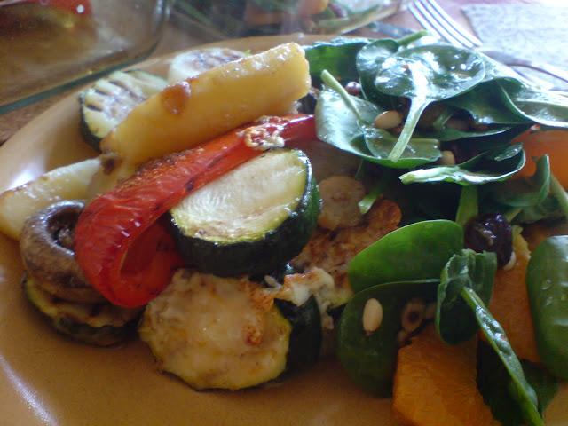 Pieczone warzywa z sałatką ze szpinaku