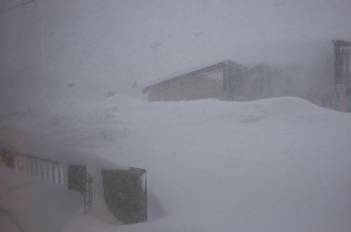 窓の外は吹雪