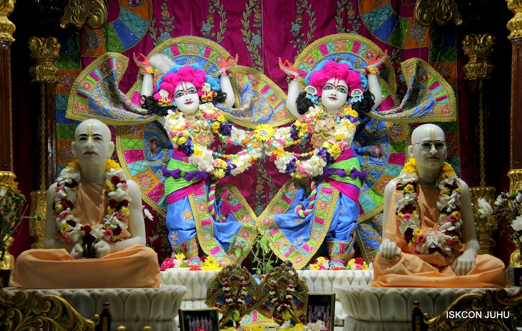 ISKCON Juhu Sringar Deity Darshan on 29th April 2016 (40)