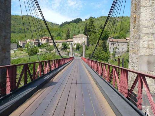 Sur le pont suspendu de Saint-Ilpize