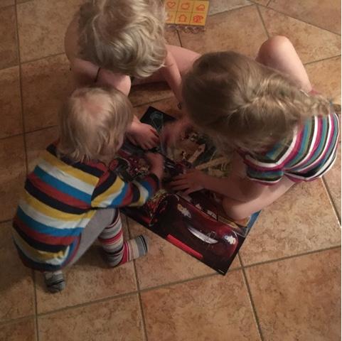 Kinder puzzeln gemeinsam
