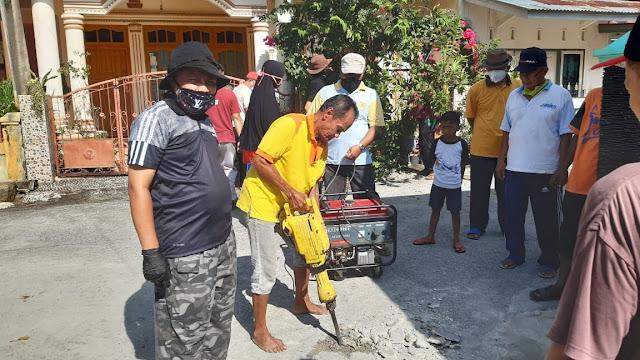 Foto: M Fikar Datuk Rajo Magek Bersama Warga. Gelar Goro, Ketua BMPN Pauh IX Kuranji Apresiasi Warga Blok A Perumnas Belimbing.