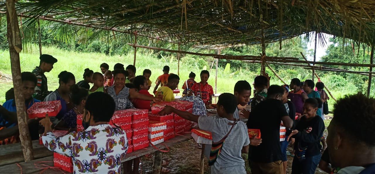 Berbagi Kebahagiaan, Satgas Yonif MR 413 Kostrad Ajak Warga Makan Bersama di Pos