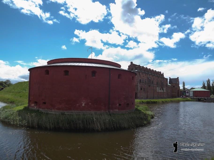 Stari dvorac sa obrambenim kanalima svjedoči o važnosti Malmoa kao danskog grada u srednjem vijeku. Danas se unutar dvorca nalazi muzej grada.