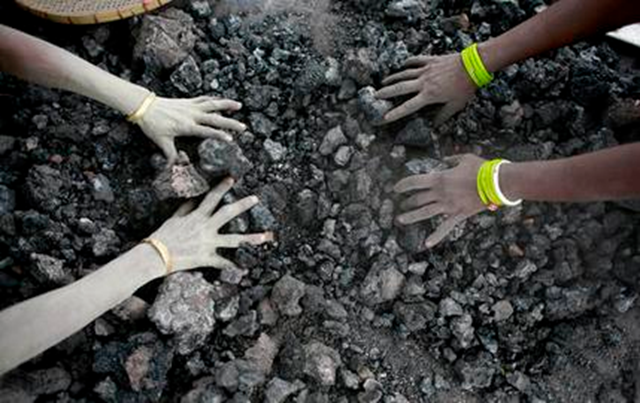 In this 14 December 2015 photo, Indian women use bare hands to pick reusable pieces from heaps of used coal discarded by a carbon factory in Gauhati, India. The world's biggest coal users - China, the United States and India - have boosted coal mining in 2017, in an abrupt departure from 2016's record global decline for the heavily polluting fuel and a setback to efforts to rein in climate change emissions. Photo: Anupam Nath / AP Photo