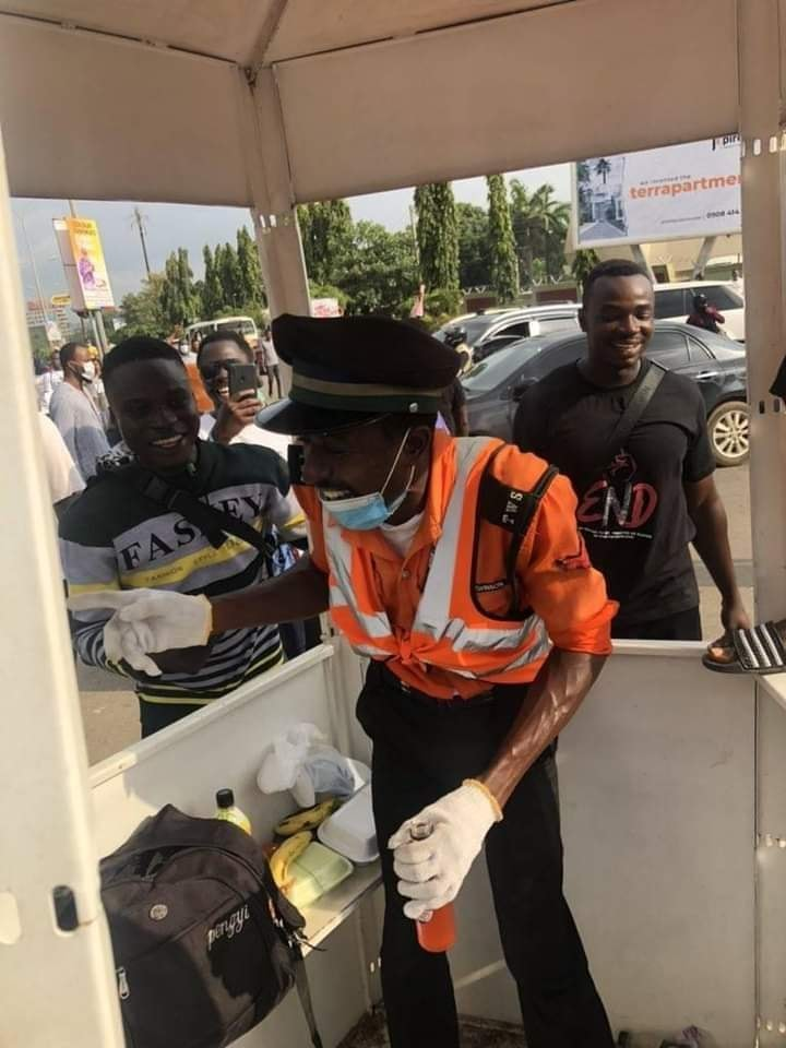 The Moment #EndSars Protesters Offered A Traffic Warden Foods (Photos)