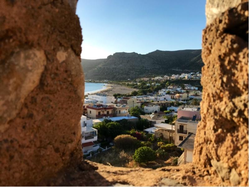 Utsikt gjennom et skyteskår mor byen og stranda.