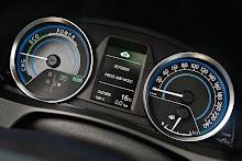 2013-Toyota-Auris-28