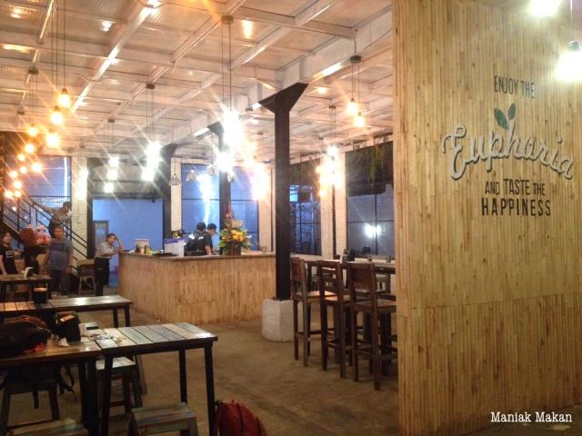maniak-makan-euphoria-cafe-solo-main-entrance