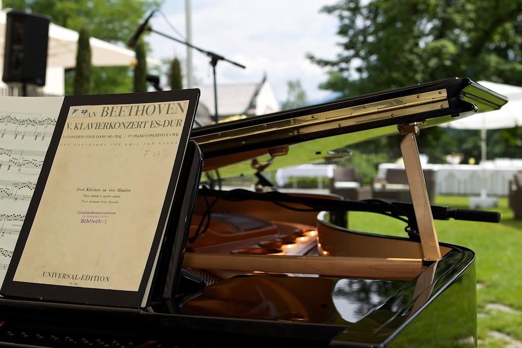 Klavier im Garten