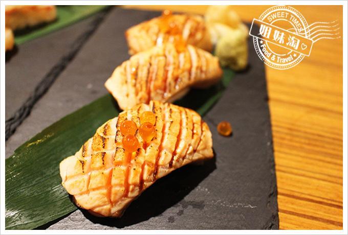 鮨彩壽司-炙燒鮭魚壽司180元
